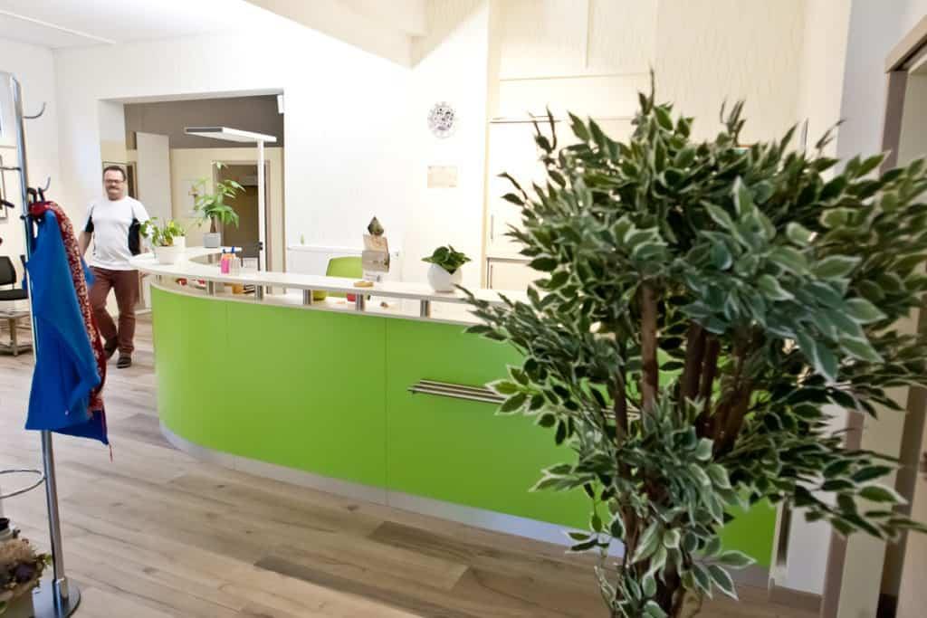 Physiotherapie Drobeck Bernau - Eingangsbereich mit Empfangstresen